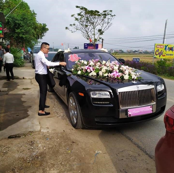 Chú rể bên cạnh chiếc xe siêu sang Rolls-Royce Ghost làm xe hoa ở Nghệ An