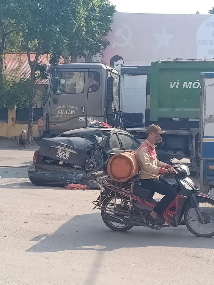 Hiện trường vụ tai nạn giữa chiếc ô tô con và xe chở rác
