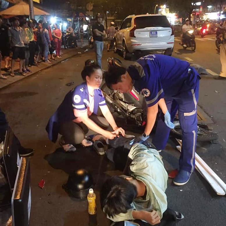 Người đàn ông điều khiển xe máy bị gãy chân sau vụ tai nạn