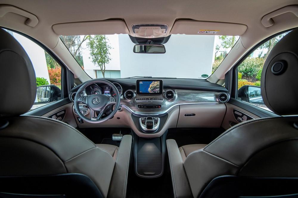 Nội thất của Mercedes-Benz V-Class 2020 khá giống C-Class