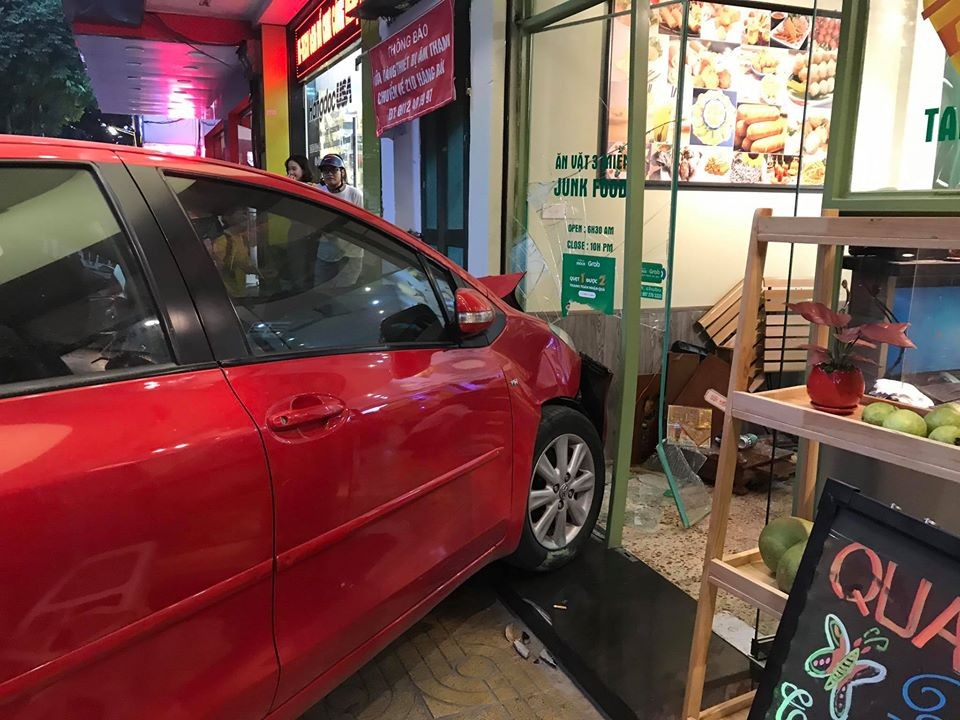 Phần cửa kính của quán trà chanh bị hư hỏng do xe Toyota Yaris tông vào