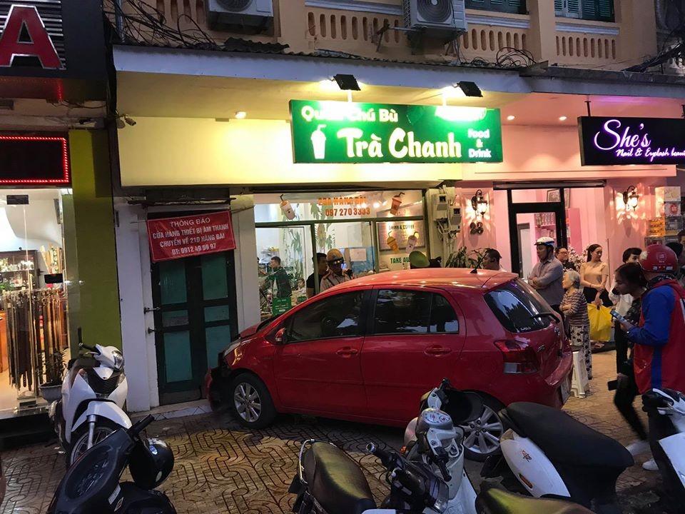 Hiện trường vụ tai nạn chiếc Toyota Yaris do nữ lái lao vào quán trà chanh tại phố cổ Hàng Bài