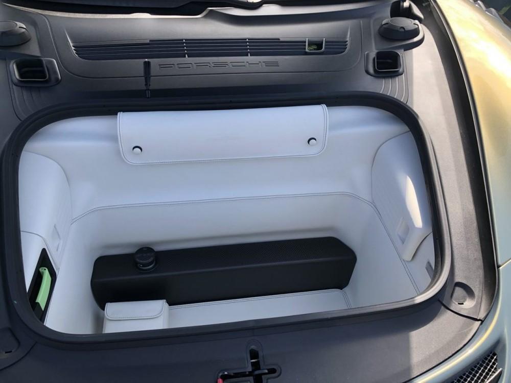 Khoang hành lý phía trước của Porsche 911 GT2 RS mang màu sơn Chromaflair Urban Bamboo