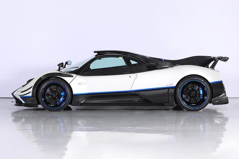 Bên ngoài của Pagani Zonda Riviera rao bán 5,5 triệu đô la là sự kết hợp của một chương trình sơn độc đáo với màu trắng ngọc trai tuyệt đẹp, tương phản với đó là các yếu tố sợi carbon bóng và màu xanh dương nổi bật