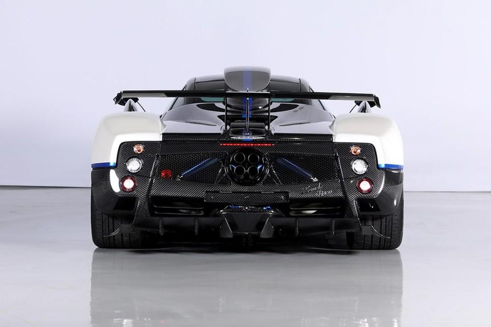 Cuối cùng là phần đuôi xe được trang bị thêm cánh gió sau cố định bằng sợi carbon, các chi tiết này vừa đảm bảo tính khí động học cho xe vừa mang đến ngoại hình dữ dằn cho siêu xe độc nhất vô nhị này.
