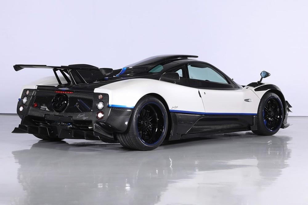 Chưa dừng lại đó, ngoại hình chiếc Pagani Zonda Riviera còn gây sự hứng thú với bốn thanh carbon phía đầu xe, nóc xe xuất hiện một chiếc mũ cỡ lớn.