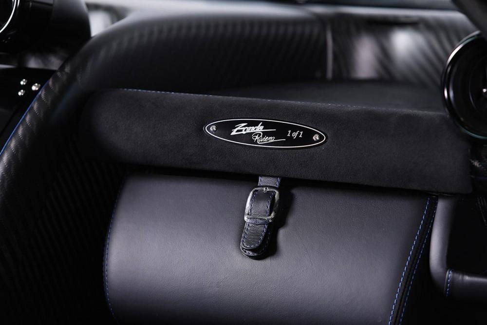 Bên trong khoang lái của Pagani Zonda Riviera có tấm huy hiệu 1of1 ám chỉ đây là siêu xe hàng thửa có một không hai trên thế giới.