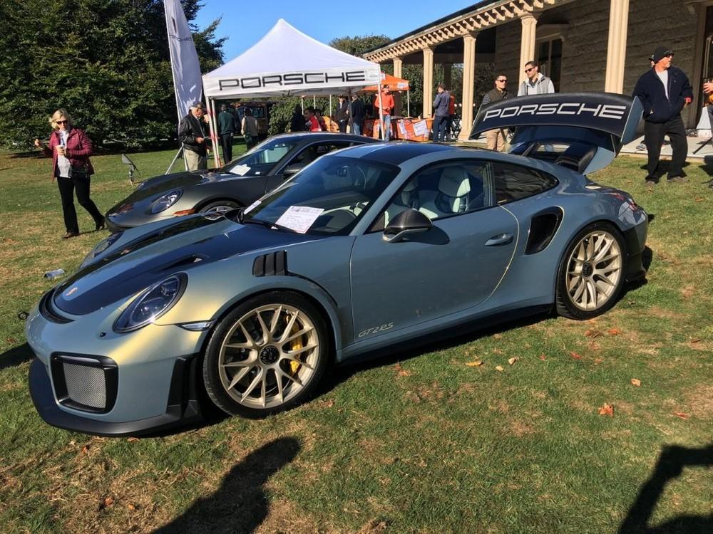 Màu sơn trên chiếc Porsche 911 GT2 RS Weissach này đã có giá hơn 2 tỷ đồng