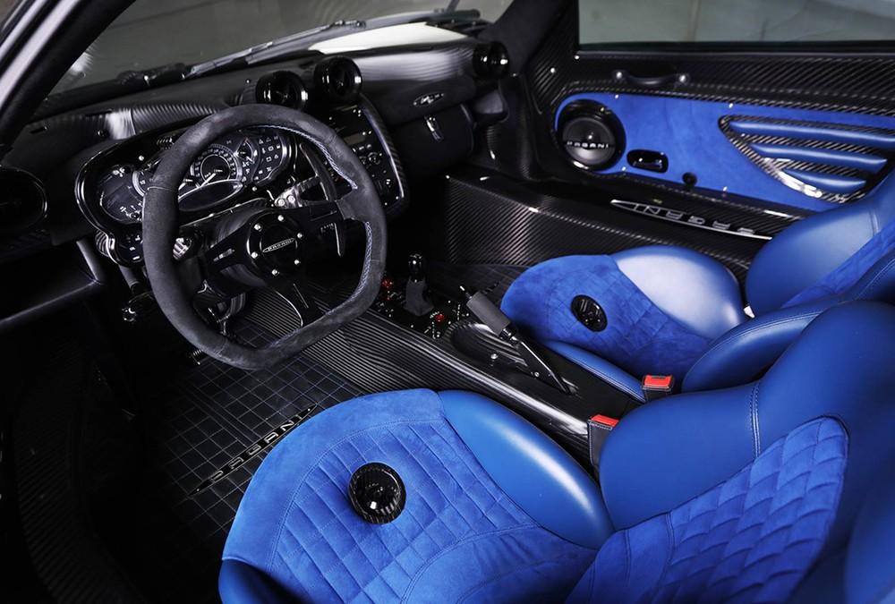 Tiến vào bên trong khoang lái, Pagani Zonda Riviera có nội y bọc da Alcantara cao cấp ở ghế ngồi và 2 bên thành cửa hoàn thành với màu xanh dương bắt mắt.