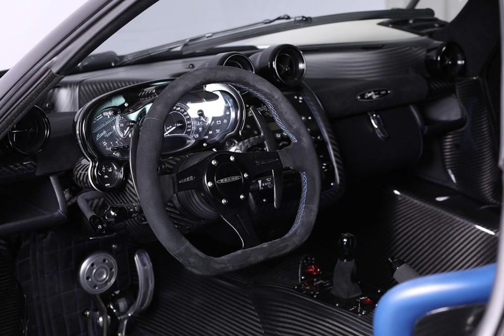 Ngược lại, toàn bộ bảng điều khiển trung tâm, bệ cần số là sợi carbon bóng, vô-lăng bọc da Alcantara đen cùng 1 số chi tiết khác sử dụng chất liệu nhôm màu đen cũng mang đến vẻ đẹp độc đáo cho nội thất Pagani Zonda Riviera.