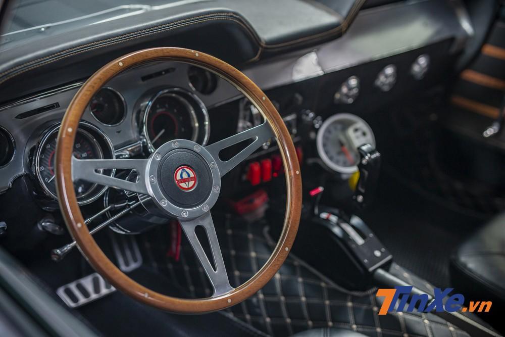 Vô-lăng ốp gỗ GT350 bên trong chiếc xe.