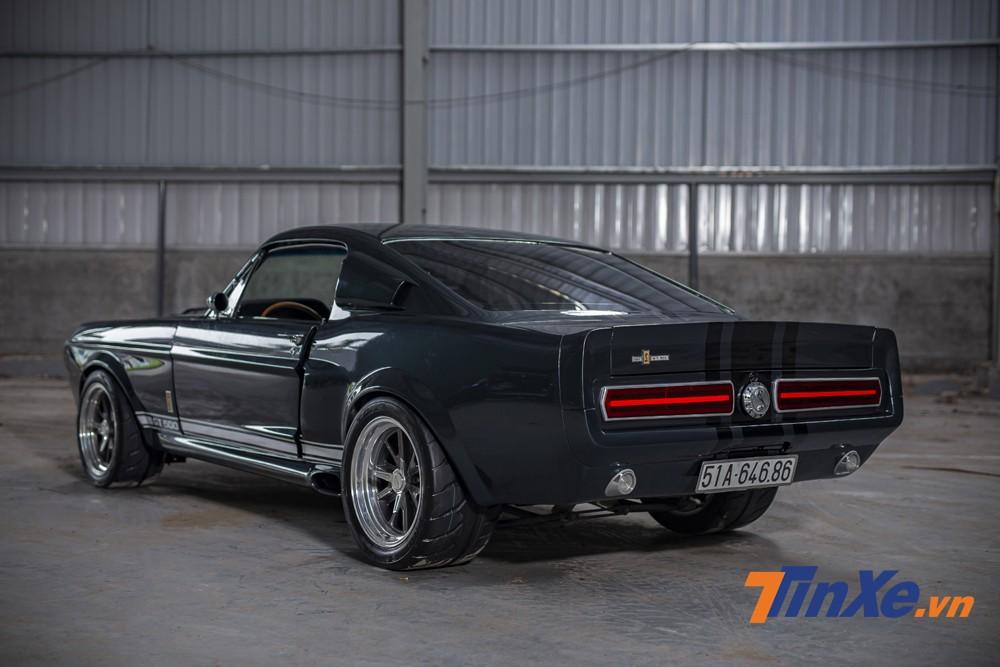 Chiếc xe Ford Mustang Shelby GT500 Eleanor khi nhìn từ phía sau.