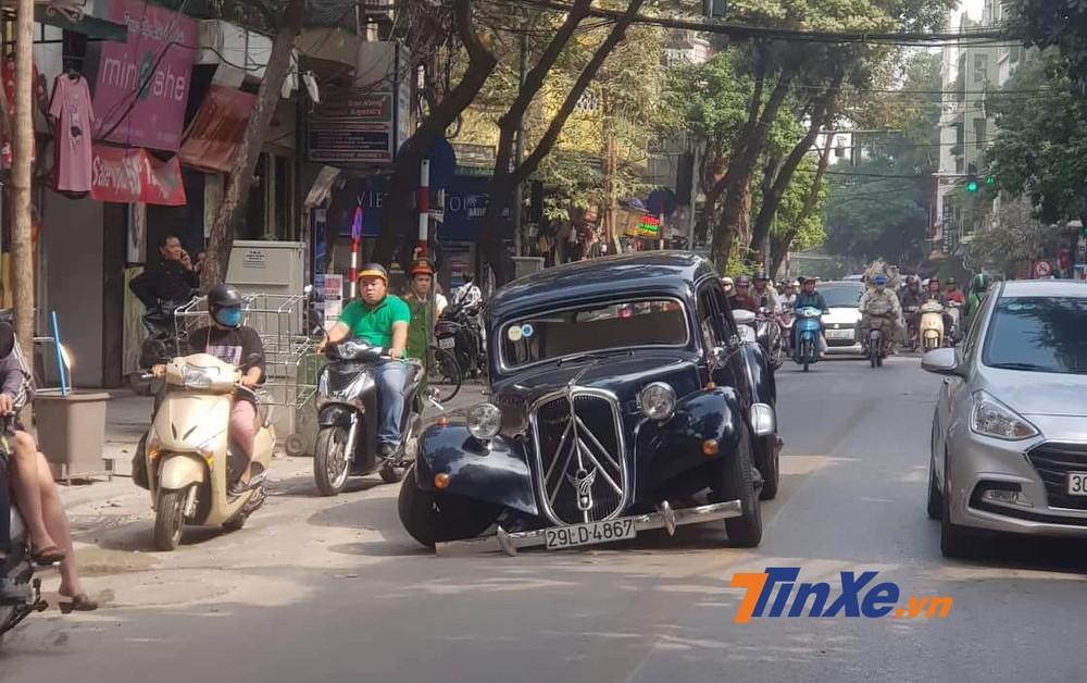 Chiếc xe cổ hàng hiếm Citroen Traction Avant bất ngờ gãy trục trước khi di chuyển trên phố Hà Nội.