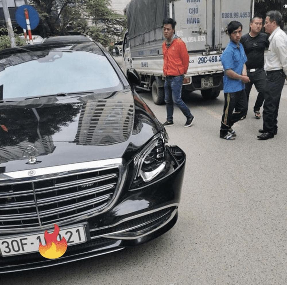 Vụ va chạm đáng tiếc khiến chiếc xe Mercedes-Maybach biến dạng cản trước, vỡ đèn chiếu sáng.