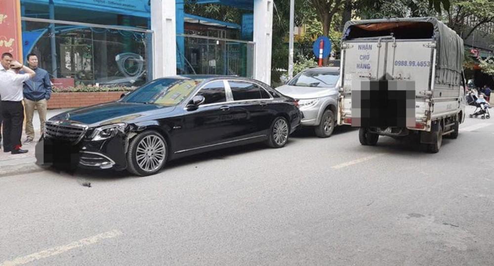 Vụ va chạm đáng tiếc giữa một chiếc xe tải với một chiếc xe mang logo Mercedes-Maybach.