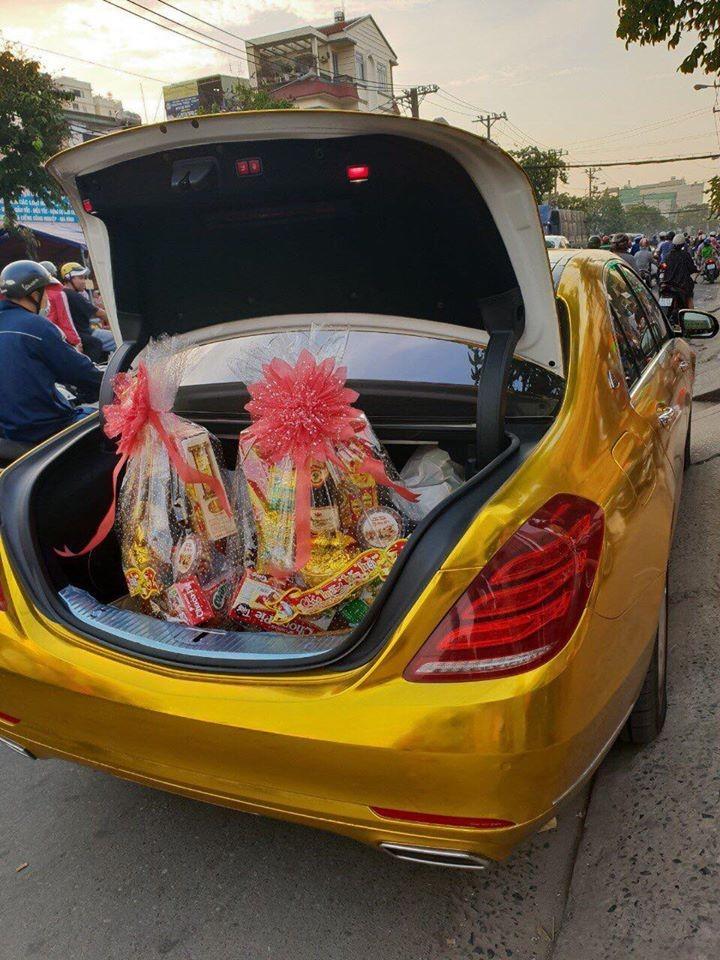 Trần Ngọc Phúc hay Phúc XO thường xuyên khoe một chiếc Mercedes-Benz S-Class với ngoại thất được dân chơi này cho rằng là mạ vàng.