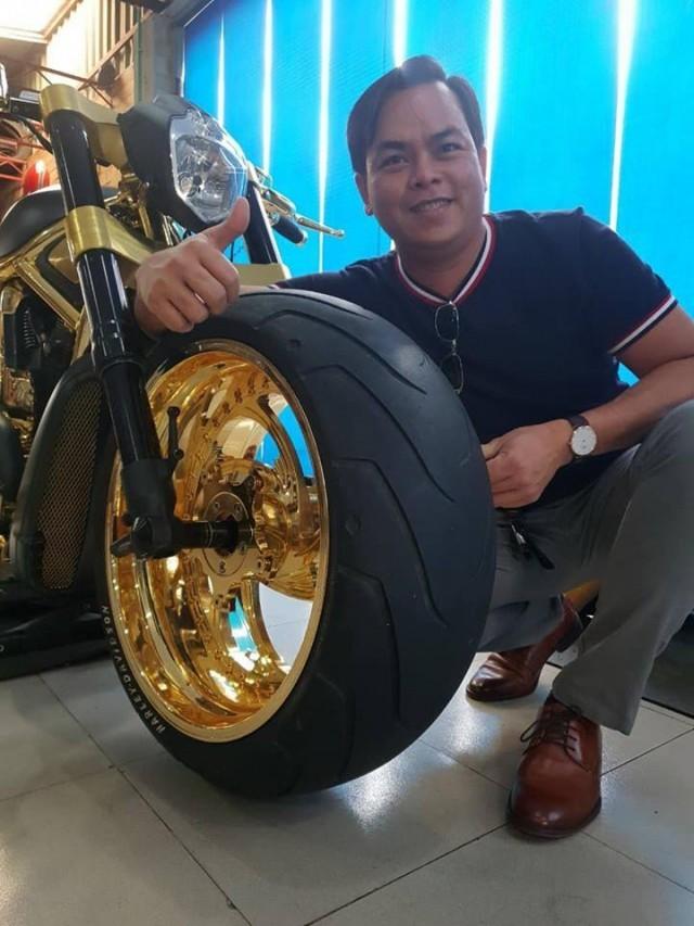 Phúc XO chụp ảnh cùng một chiếc mô tô được dân chơi này khoe mình đã mạ vàng.