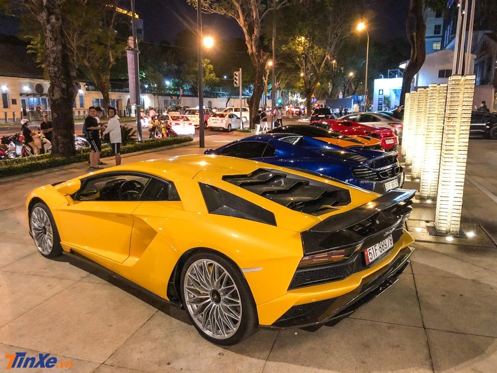 Trong số dàn siêu xe này đáng chú ý nhất là việc chiếc Lamborghini Aventador S LP740-4 mới được chủ nhân là doanh nhân quận 12 nâng cấp thêm một số đồ chơi hàng hiệu theo xe.