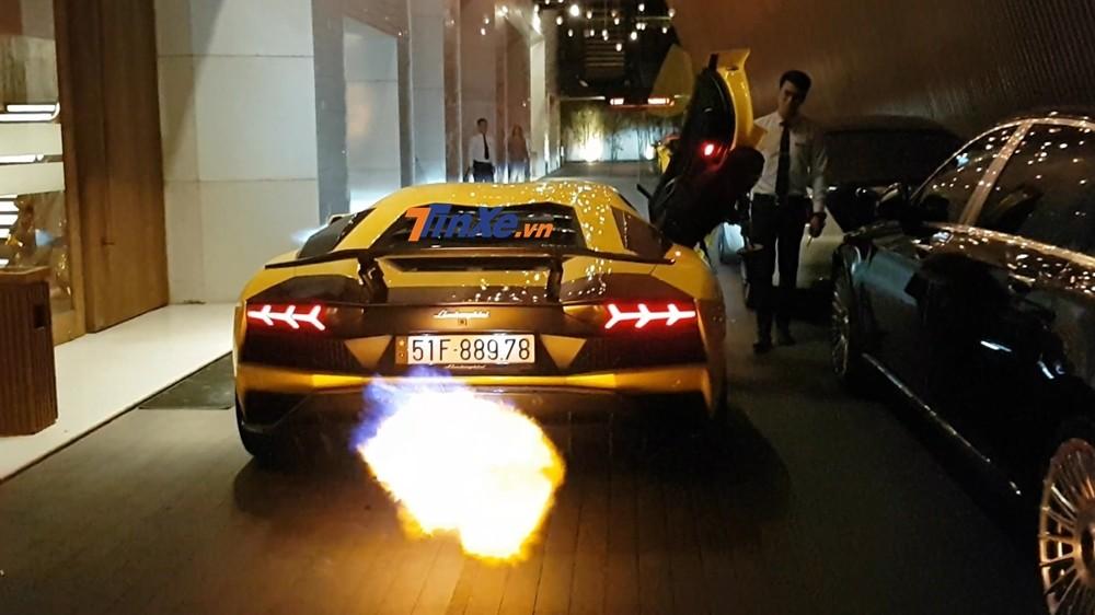 Do đam mê nẹt pô khạc lửa trên các mẫu siêu xe, vì thế, doanh nhân quận 12 đã không tiếc tiền đặt hẳn bộ ống xả độ của hãng Ryft ở Mỹ về Việt Nam cho siêu xe Lamborghini Aventador S LP740-4