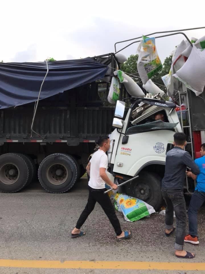 Hiện trường vụ tai nạn giữa chiếc ô tô tải và xe container
