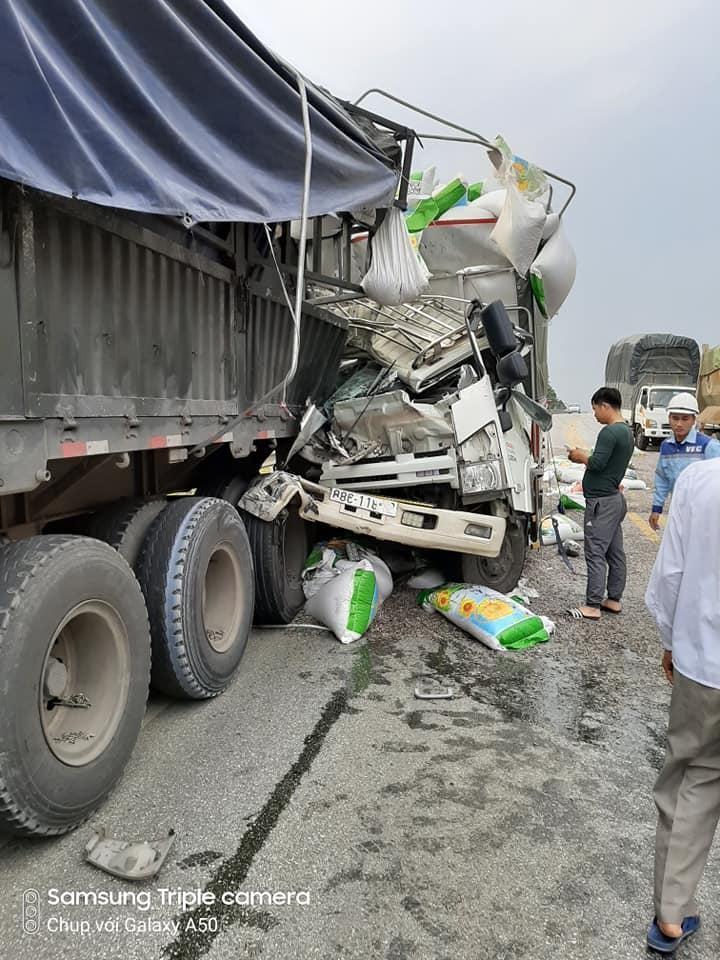 Chiếc ô tô tải bị vỡ nát sau cú tông vào đuôi xe container