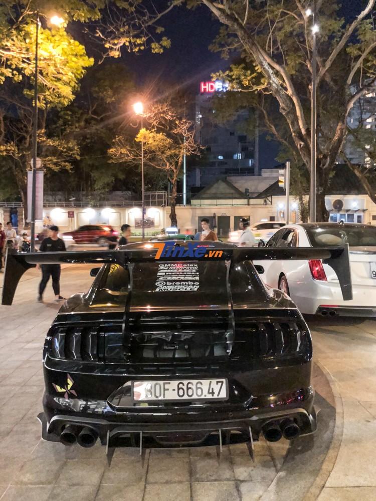 Chiếc xe này mang biển số của Hà Nội với điểm nhấn là tam hoa 6. Cánh gió đuôi khổng lồ của chiếc Ford Mustang khiến không ít người dân choáng ngợp.