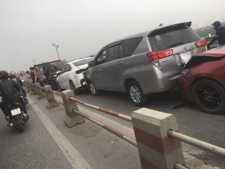 Hiện trường vụ tai nạn tông xe dây chuyền trên cầu Thanh Trì