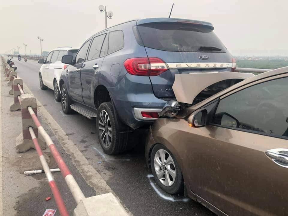 3 chiếc ô tô tông xe dây chuyền nhau bao gồm Kia Sedona, Ford Everest và Hyundai màu nâu