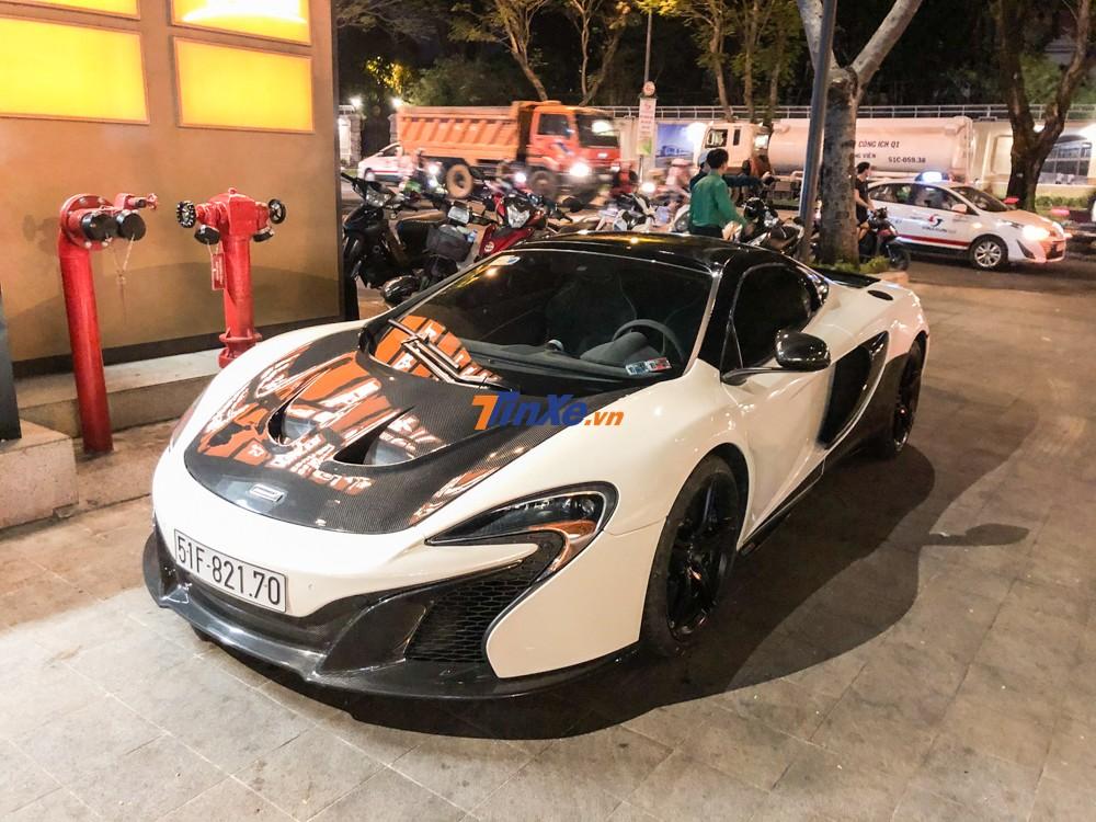 Sau khi được chồng của Diệp Lâm Anh mua lại từ một công ty nhập khẩu tư nhân quận 5, chiếc siêu xe mui trần McLaren 650S Spider duy nhất tại Việt Nam đổi màu sơn bằng phương pháp sơn trực tiếp đã có sự lột xác ở ngoại hình
