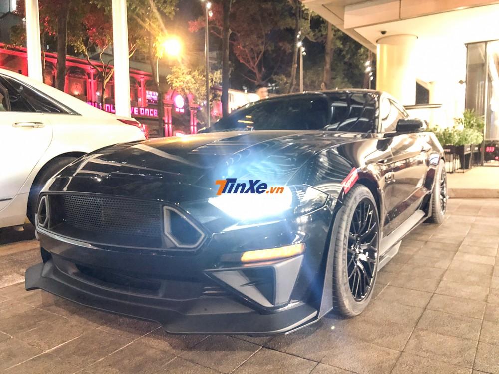 Một chiếc Ford Mustang độ rất hầm hố