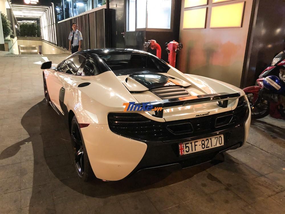 Không chỉ được chồng Diệp Lâm Anh nâng cấp lên gói độ nắp capô bằng sợi carbon của siêu phẩm McLaren P1, chiếc siêu xe mui trần McLaren 650S Spider màu trắng này còn được thay ống xả độ của hãng IPE nhằm mang đến tiếng thở ấn tượng hơn so với trước.