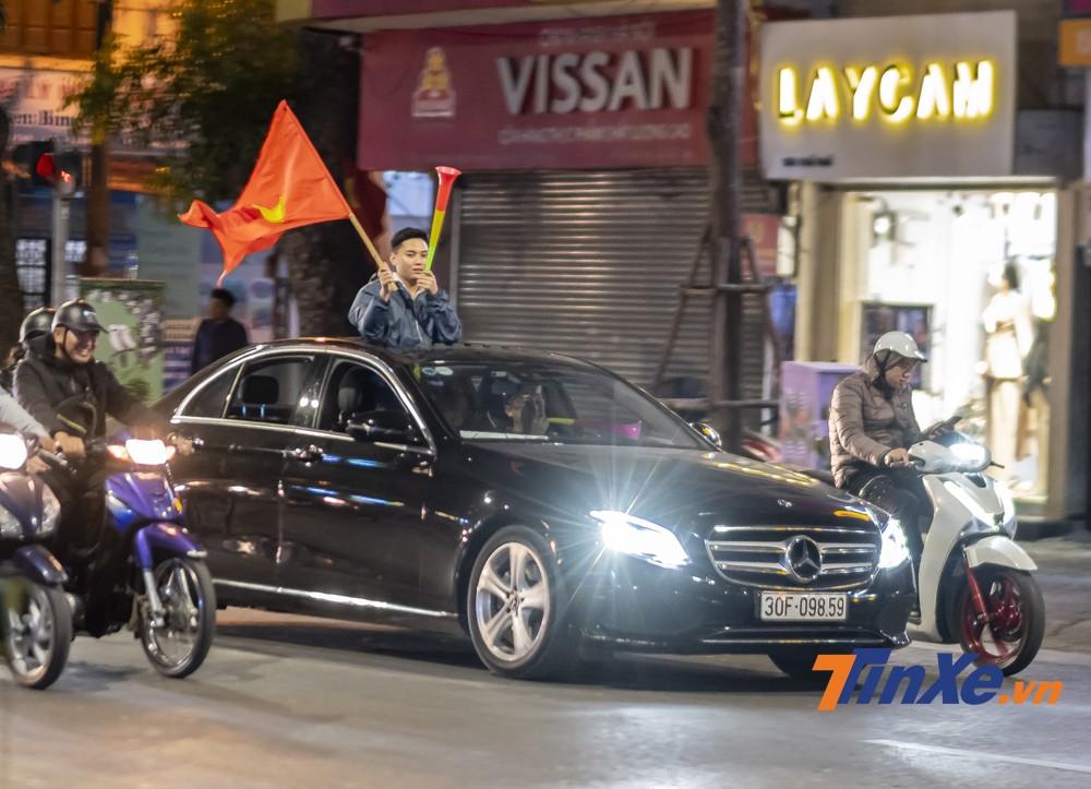 Với các cổ động viên sử dụng ô tô đi cổ vũ thì không khó gặp cảnh họ thò hẳn người ra khỏi xe.