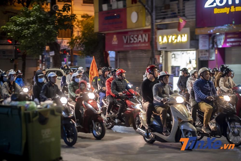 Không quá ồn ào, nhưng các cổ động viên vẫn hô vang khẩu hiệu Việt Nam vô địch trên mỗi tuyến đường họ đi qua.
