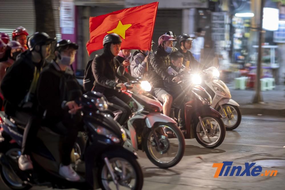 Mặc dù chiến thắng nhưng các cổ động viên Việt Nam xuống đường ít hơn hẳn những trận thắng quan trọng trước đây.