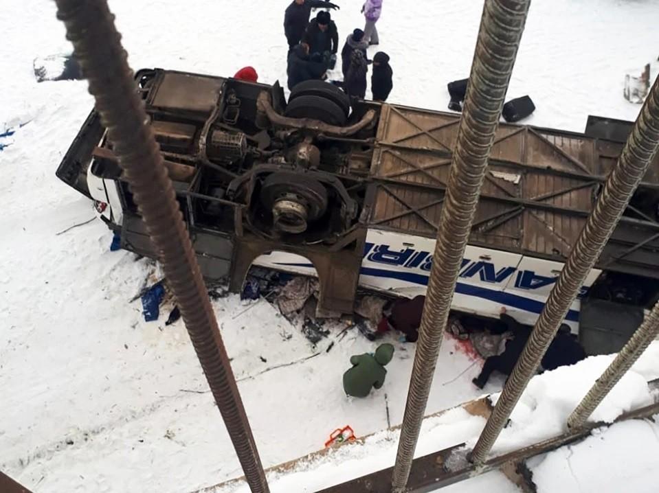 Chiếc xe buýt rơi khỏi cầu xuống sông băng bên dưới