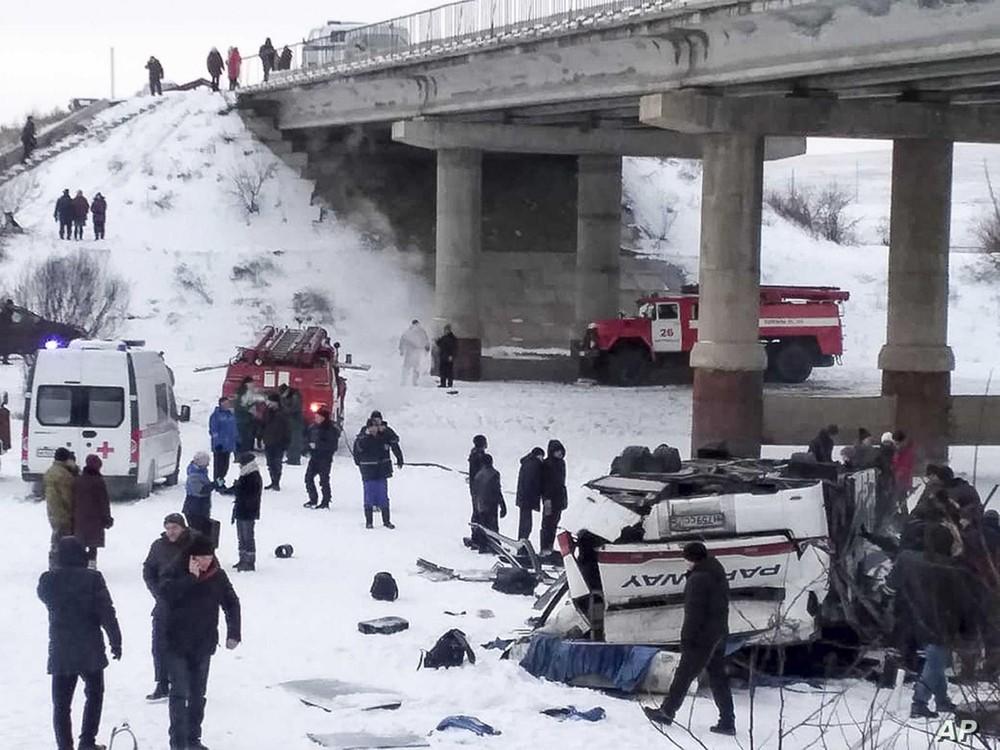 Lực lượng chức năng có mặt tại hiện trường vụ tai nạn thảm khốc