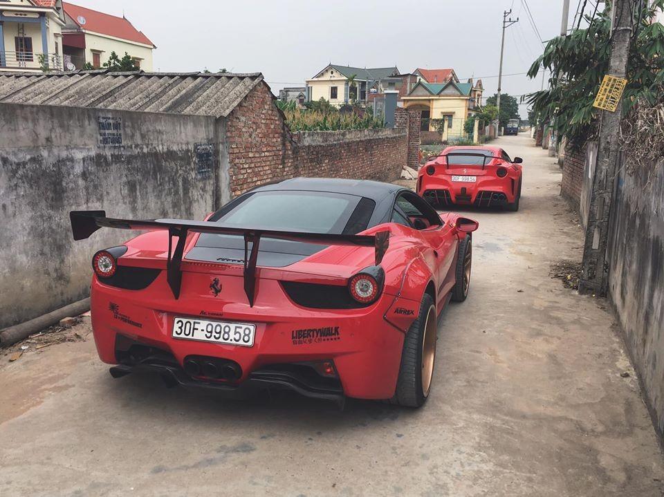Cặp đôi Ferrari độ độc nhất Việt Nam di chuyển trên đường làng tỉnh Hải Dương