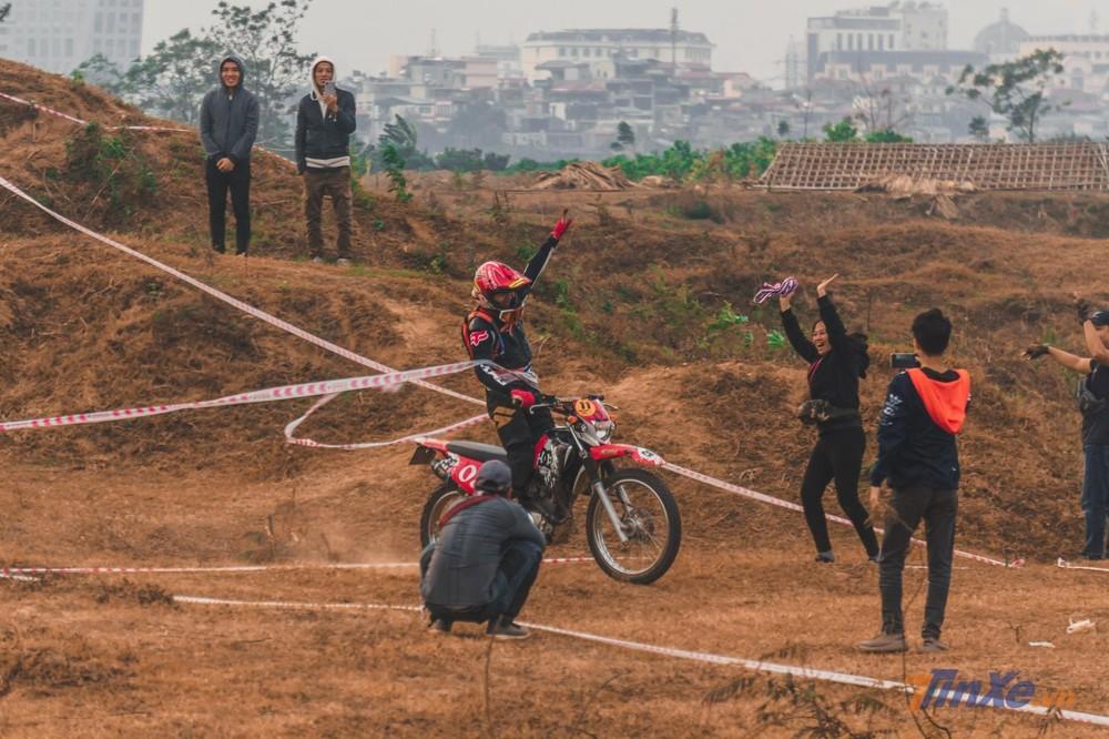 Khoảnh khắc nhà vô địch cán đích sau 5 vòng đấu khắc nghiệt của vòng chung kết. Tay nài với chiếc xe Yamaha XTZ125 đã hoàn thành xuất sắc vòng thi với thành tích bỏ xa các vận động viên còn lại.