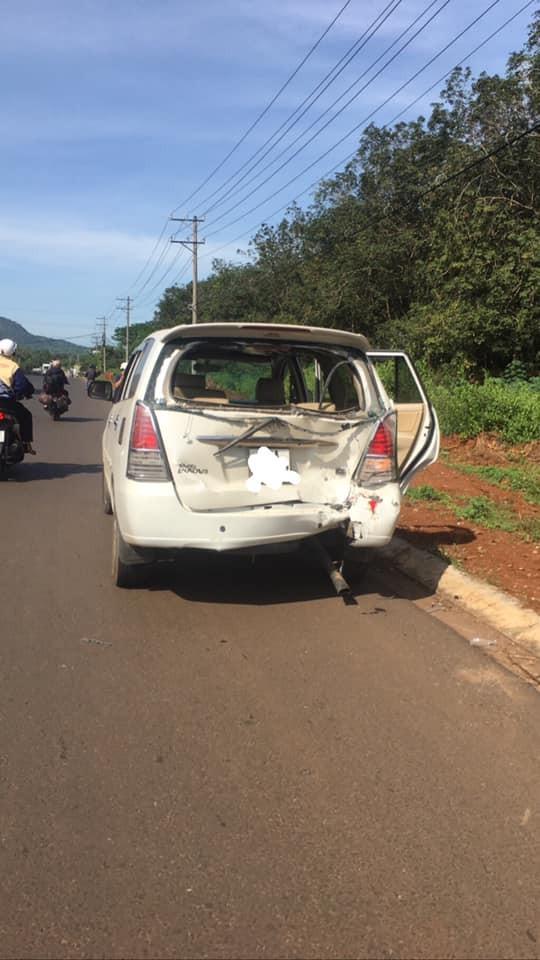 Chiếc xe ô tô bị đâm hỏng toàn bộ phần đuôi và kính cửa sau