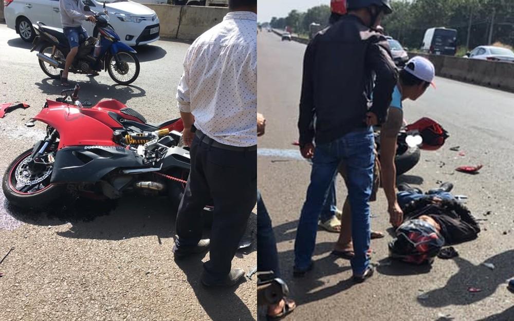 Hiện trường vụ tai nạn giữa xe phân khối lớn và ô tô con đỗ ven đường