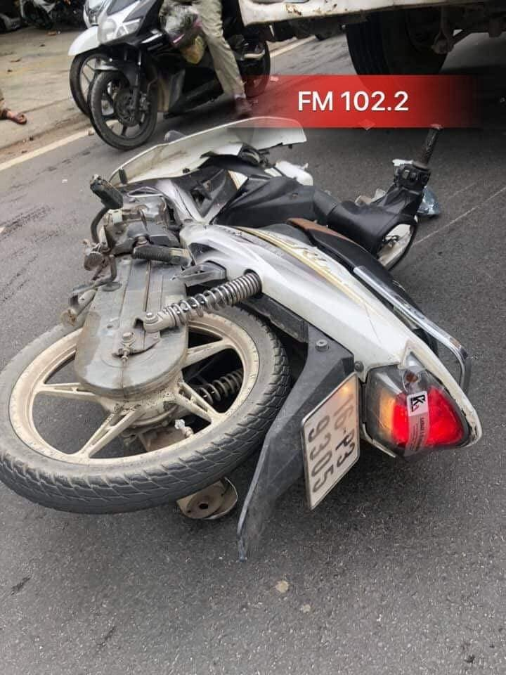 Chiếc xe máy bị vỡ nát phần đầu xe sau vụ tai nạn