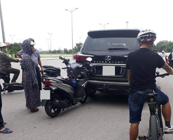 Trước đó vào tháng 9 năm 2019, chiếc Lexus LX570 Super Sport này bị một nữ Ninja chạy xe máy tông từ phía sau