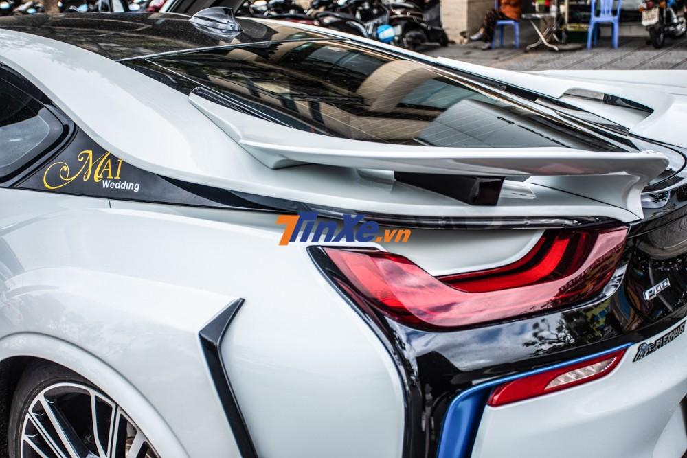 Chiếc BMW i8 độ Energy Motorsport có thêm 2 cánh gió đuôi nằm trên đèn hậu