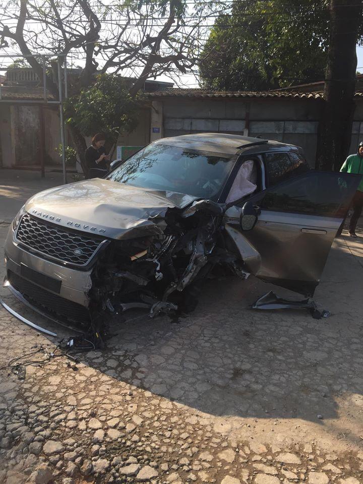 Chiếc Range Rover cũng bị hư hỏng nặng