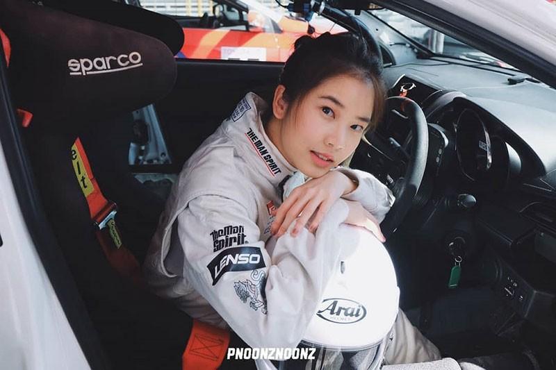 Cô cũng đam mê với đua xe
