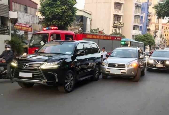 Xe Toyota xảy ra va chạm với chuyên cơ mặt đất Lexus LX570 hơn 8 tỷ đồng