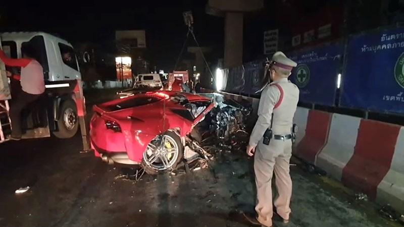 Có thể thấy ngoại thất siêu xe Ferrari 812 Superfast màu đỏ bị biến dạng nặng nề sau tai nạn