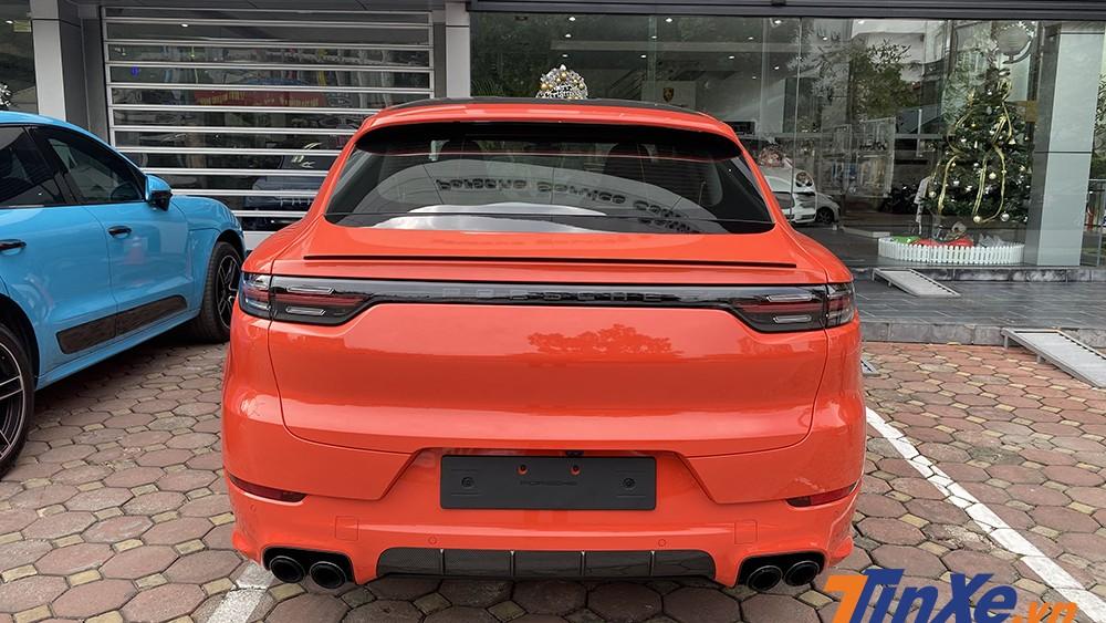 Phần đuôi xe mang thiết kế rất dễ nhận diện của gia đình Porsche.