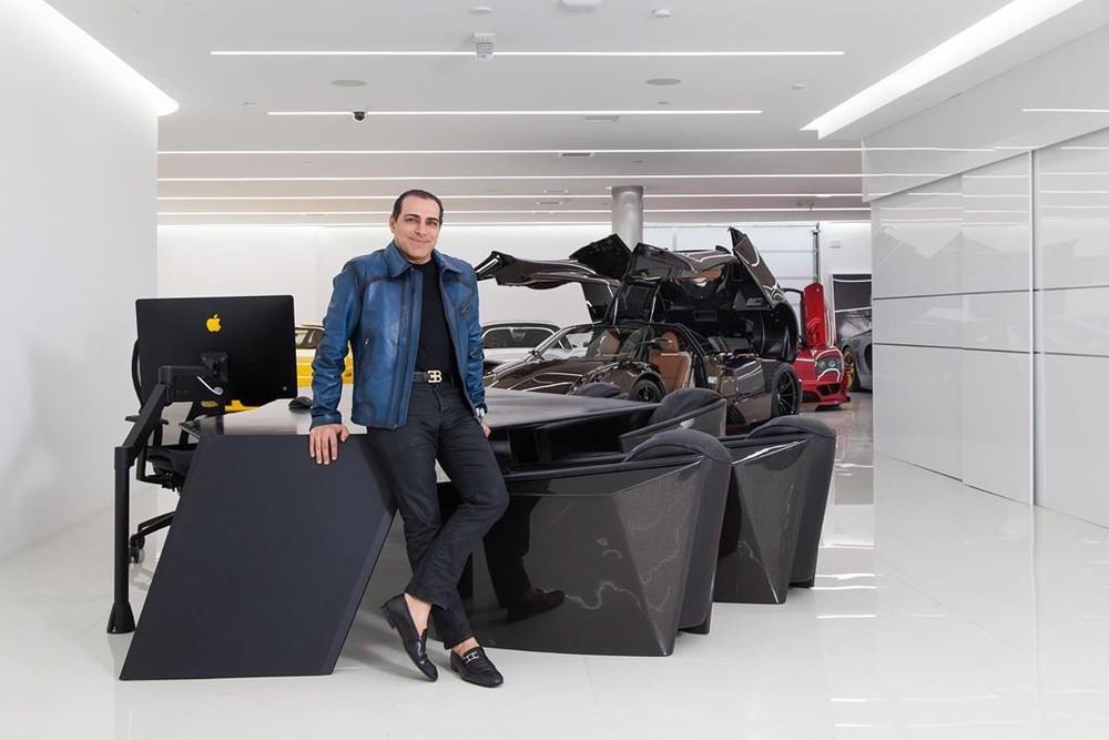 Ông Khoshbin đứng trong gara ô tô đáng mơ ước của mình