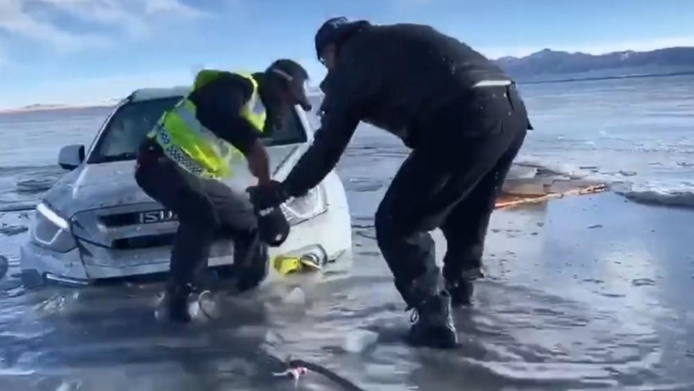 Cảnh sát giải cứu chiếc xe Isuzu bị mắc kẹt tại dòng sông băng dưới cái lạnh cắt da cắt thịt -20 độ C